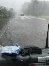豪雨で道路が川に
