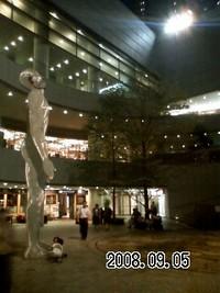 新宿の夜を眺めています…巨大なモニュメント(笑)