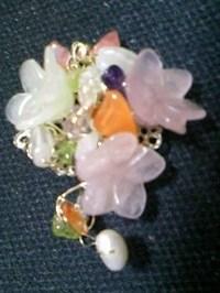 天然石の花ブローチ