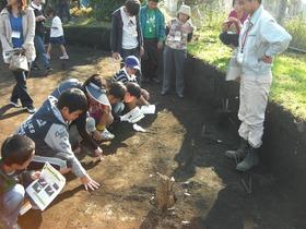 遺跡発掘現場で900年前の都城体験