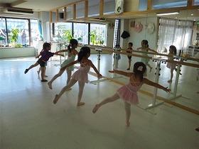 手足を綺麗にのばして、、、はじめてのバレエ