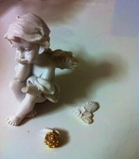 お土産の天使ちゃん、手も羽も折れてました…@@; Diva