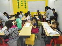 新しい机と椅子で初授業