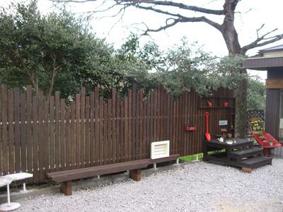 倉庫の木製フェンス工事
