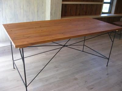 アイアンのテーブル