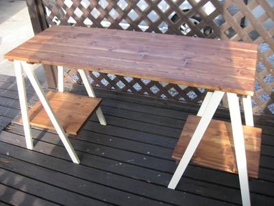 ツートンカラーの折りたたみ式テーブル